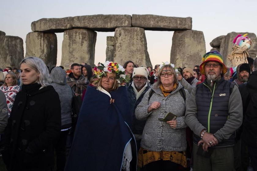 Χιλιάδες κόσμου περικύκλωσαν το Στόουνχεντζ - Δείτε φωτογραφίες