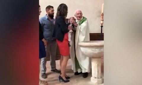 Σάλος στη Γαλλία από το χαστούκι ιερέα σε μωρό επειδή έκλαιγε στη βάπτιση (Vid)
