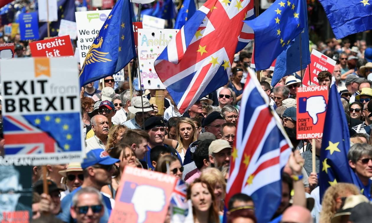 Εντυπωσιακές εικόνες: Λαοθάλασσα 100.000 Βρετανών απαίτησε νέο δημοψήφισμα για το Brexit