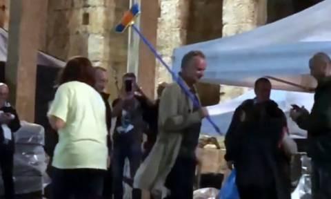 Βίντεο: Ο Στινγκ βγήκε με σκούπα στο Ηρώδειο και καθάρισε τη σκηνή από τα νερά!