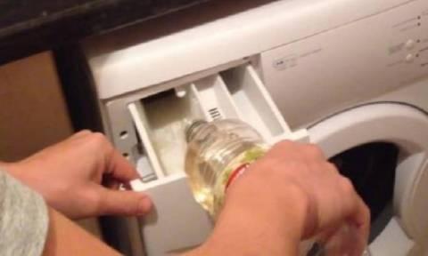 Έριξε αυτό το απλό υλικό μέσα στο πλυντήριο. Μόλις το δείτε θα το κάνετε αμέσως!