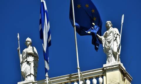 Κομισιόν: Βιώσιμο το ελληνικό χρέος - Θα μειωθεί στο 127% έως το 2060