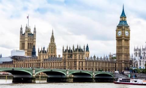 Συναγερμός στο Λονδίνο: Συνελήφθη ένοπλος καθώς προσπαθούσε να μπει στο Κοινοβούλιο