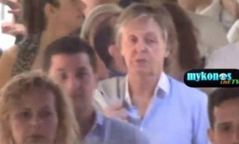 Ο Paul McCartney στη Μύκονο: To θρυλικό «σκαθάρι» βολτάρει στα σοκάκια της χώρας