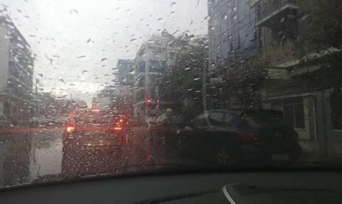 Καιρός ΤΩΡΑ: Πάνω από την Αθήνα η «Νεφέλη» - Βρέχει σε όλη την Αττική