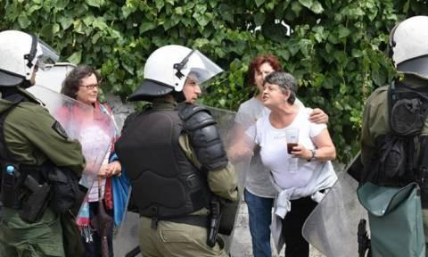 Κέρκυρα: Συμπλοκές κατοίκων και ΜΑΤ έξω από τον ΧΥΤΑ Λευκίμμης - Ένας τραυματίας (pics)