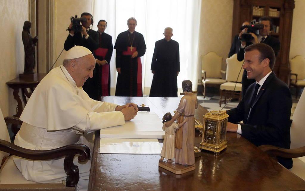 Το «κρύο» αστείο του Μακρόν που άφησε... άφωνο τον Πάπα (Pics)