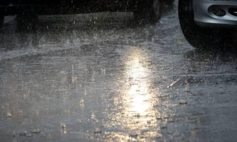 Καιρός ΤΩΡΑ: Ισχυρή βροχόπτωση στα βόρεια προάστια της Αθήνας (vid)
