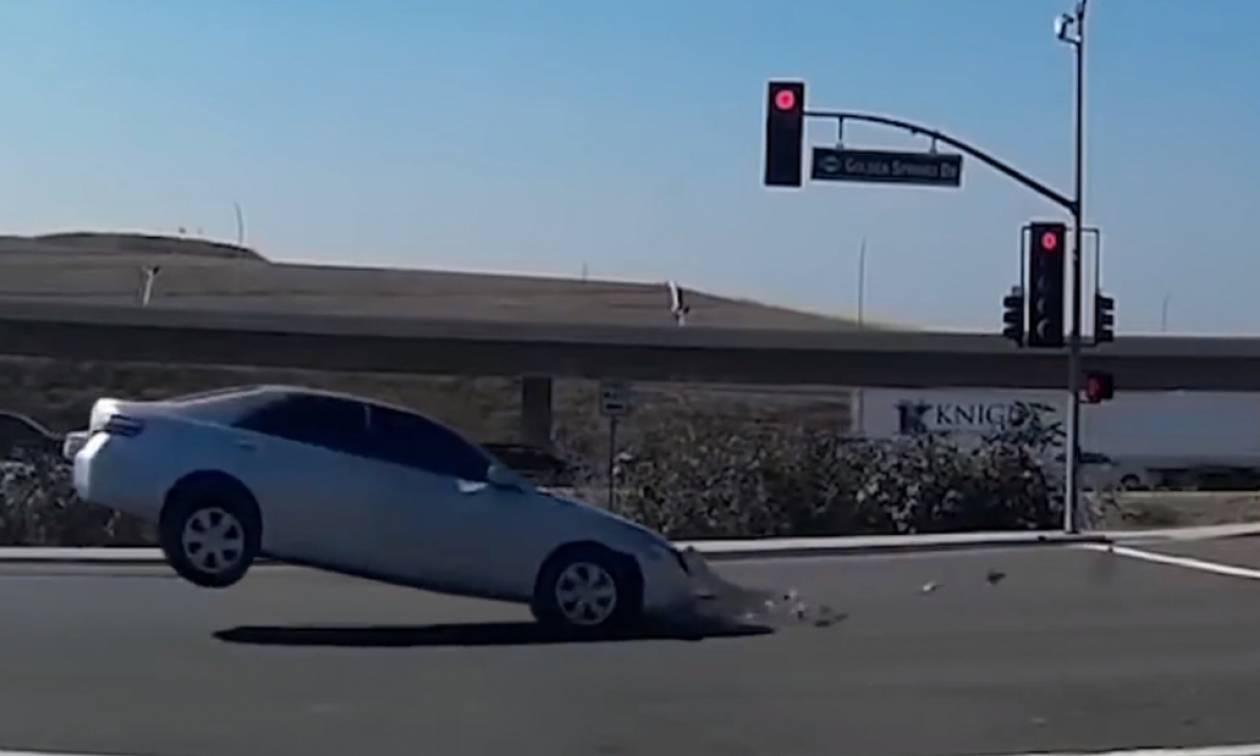 Ανατριχιάζει το βίντεο που δείχνει αυτοκίνητο να πέφτει πάνω σε... φάντασμα!