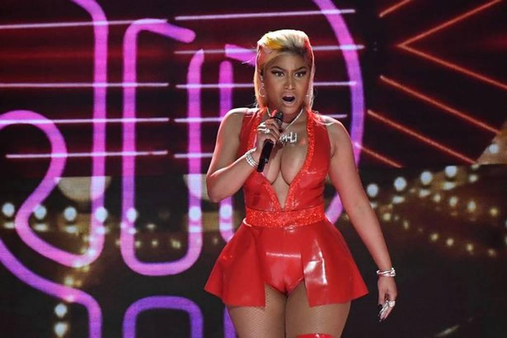 Πασίγνωστη τραγουδίστρια φόρεσε εσώρουχα PVC και είχε ένα πολύ «καυτό» ατύχημα! (vid)