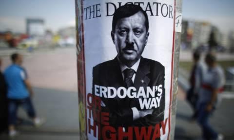 Χούντα Ερντογάν: Στη φυλακή 12 Τούρκοι γιατί τόλμησαν να ειρωνευτούν τον «Σουλτάνο» δημόσια (Vid)