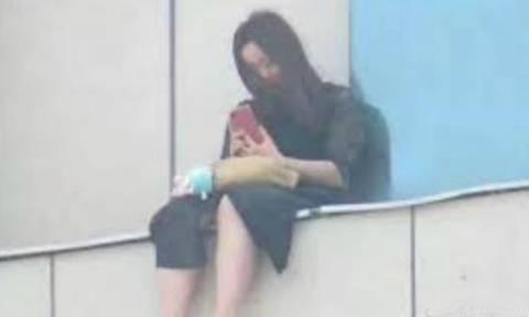 Απάνθρωπο: Πλήθος στην Κίνα ενθάρρυνει κοπέλα που είχε κακοποιηθεί σεξουαλικά να αυτοκτονήσει (vid)