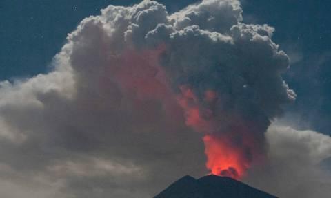 Ακυρώνονται εκατοντάδες πτήσεις: Σύννεφα ηφαιστειακής τέφρας έχουν καλύψει τον ουρανό (Vid)