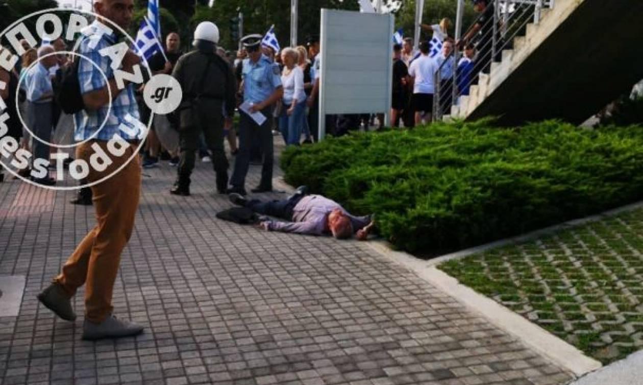 Επεισόδια έξω από το Δημαρχείο της Θεσσαλονίκης: Πολίτης καταγγέλλει επίθεση από διαδηλωτές (vids)
