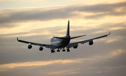 Χαμός σε πτήση: Έξαλλος επιβάτης… κουτούλησε αεροσυνοδό! (vid)
