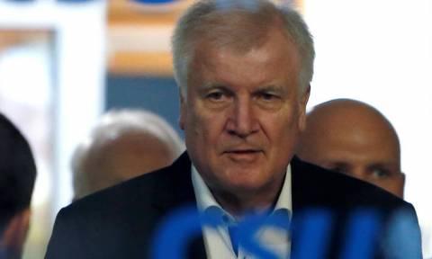 Χορστ Ζέεχοφερ: Ο άνθρωπος που απειλεί να «ρίξει» την κυβέρνηση της Μέρκελ