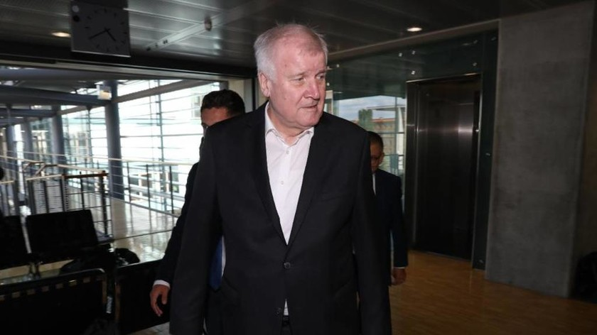 Ένα βήμα πριν από την πτώση: Έκτακτη συνάντηση Μέρκελ - Ζεεχόφερ με «διαιτητή» τον Σόιμπλε