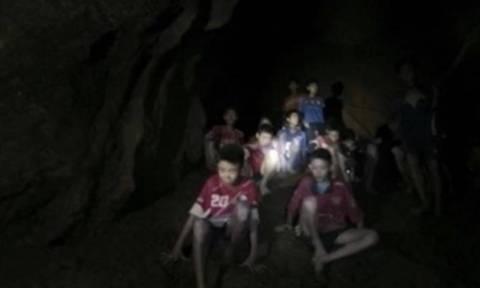 Ταϊλάνδη: Συγκλονιστικές εικόνες από τη διάσωση της ποδοσφαιρικής ομάδας που παγιδεύτηκε σε σπηλιά