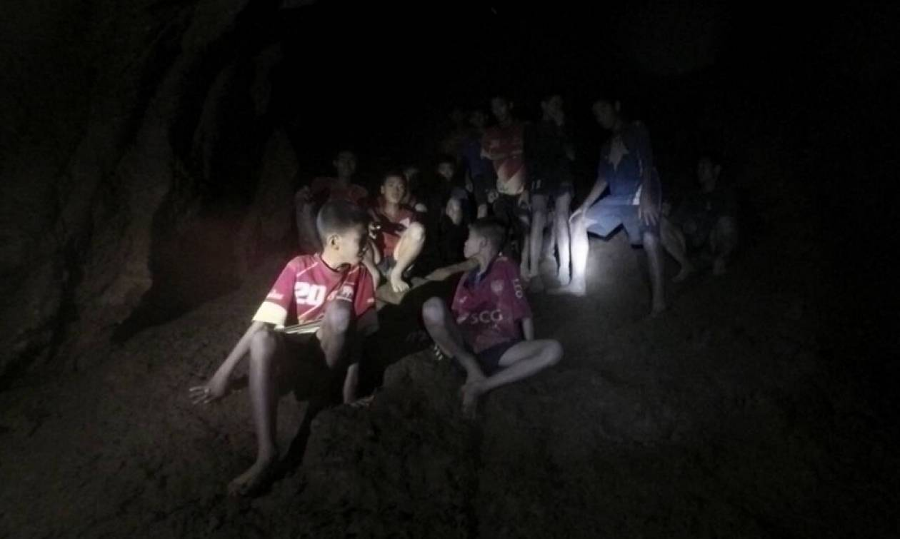 Ταϊλάνδη: Θρίλερ και αγωνία δίχως τέλος με τον απεγκλωβισμό των 12 παιδιών από το σπήλαιο (vids)