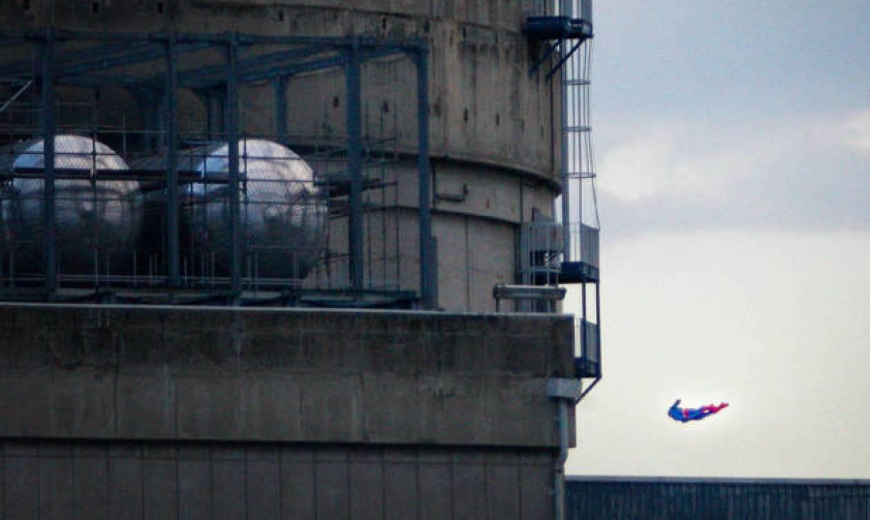 Γαλλία: Η Greenpeace έριξε τον... Superman σε πυρηνικό σταθμό και συνετρίβη!