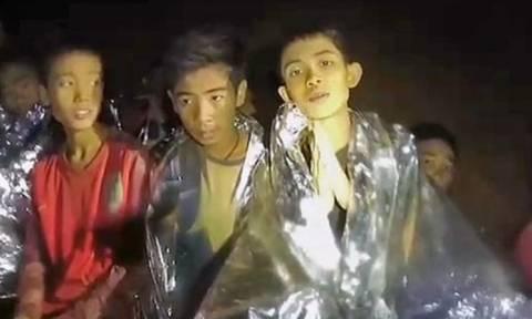 Ταϊλάνδη: «Είμαστε καλά» λένε σε νέο βίντεο τα εγκλωβισμένα παιδιά (vid)