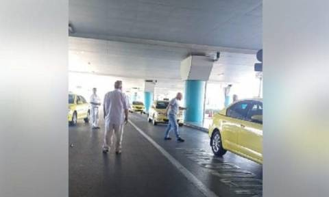 Ελ. Βενιζέλος: Οδηγοί ταξί έπαιξαν ξύλο για μια θέση στην πιάτσα (video)