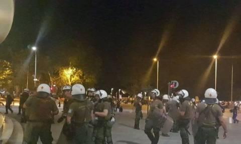 Θεσσαλονίκη: Ένταση μετά το τέλος της πορείας για τη Μακεδονία με τραυματία αστυνομικό (vid)