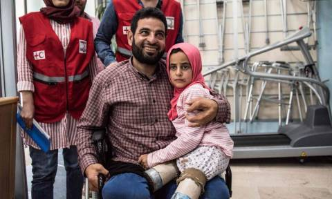Συγκλονιστικό: 8χρονη από τη Συρία πέταξε τα κονσερβοκούτια και έκανε τα πρώτα της βήματα (vid+pics)