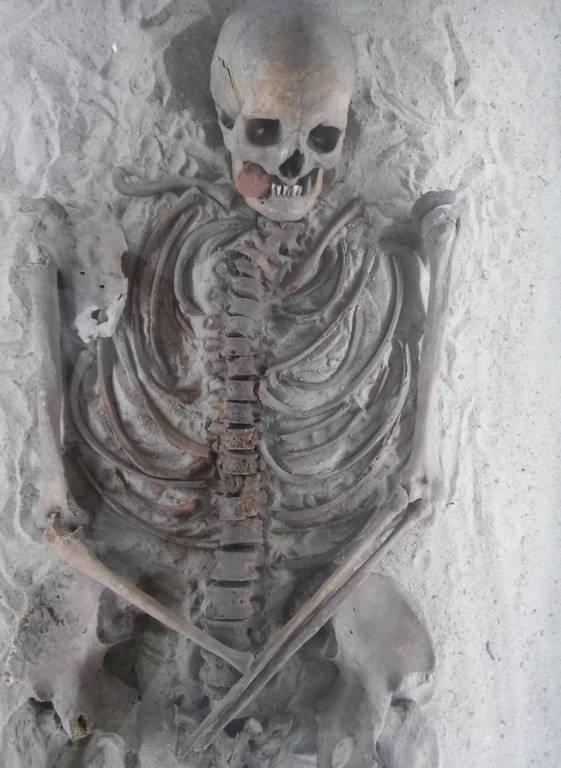 Μυστήριο με σκελετό «μάγισσας» που ανακαλύφθηκε με τρύπες στα κόκκαλα (Pics)