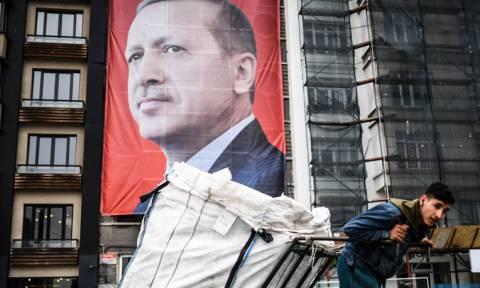 Στα βαθιά της τουρκικής οικονομίας πέφτει ο Ερντογάν