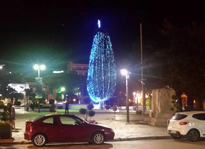 Καβάλα: Άναψαν το χριστουγεννιάτικο δέντρο στην πλατεία – Δεν φαντάζεστε το λόγο
