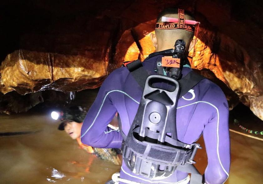 EKTAKTO: Αυτό είναι το πρώτο παιδί που απεγκλωβίστηκε από τη σπηλιά (pic)