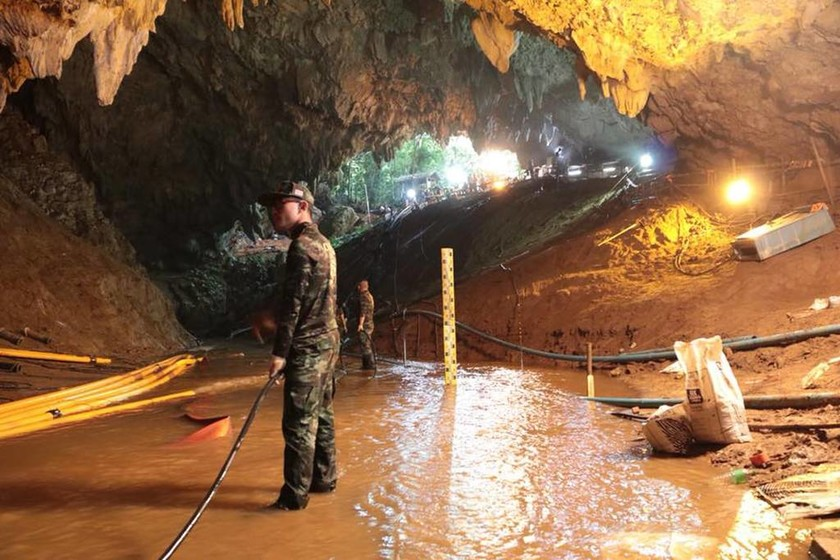 Σπήλαιο Ταϊλάνδη: Απεγκλωβίστηκαν τα πρώτα τέσσερα παιδιά – Τελείωσε το οξυγόνο των δυτών (Pics+Vid)