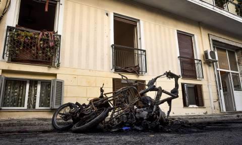 Συναγερμός στα Πατήσια: Πυρπόλησαν οχήματα και μηχανές - Εκκενώθηκε πολυκατοικία (pics)