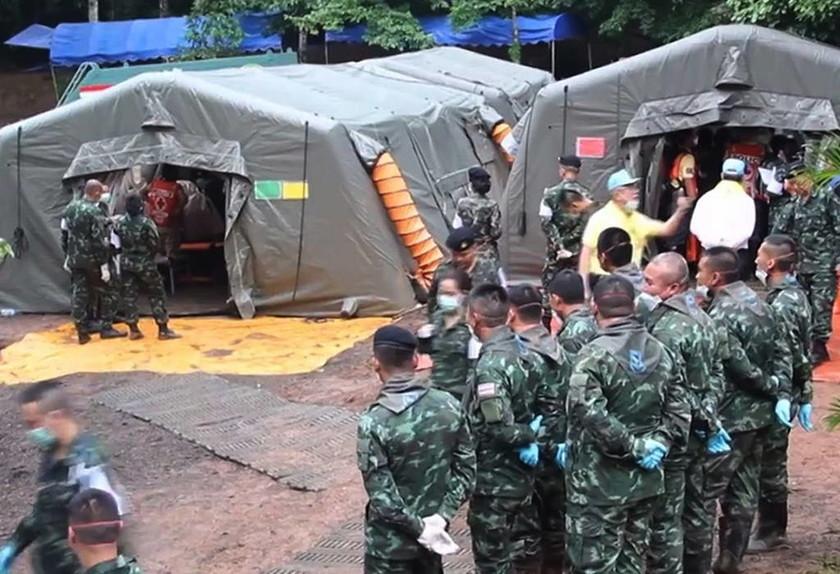 Ταϊλάνδη: Έτσι απεγκλωβίζουν τα παιδιά από το σπήλαιο (Pics+Vids)