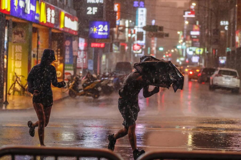 Συναγερμός στην Ταϊβάν - Έφθασε στις ακτές ο τυφώνας «Μαρία» (Pics+Vid)