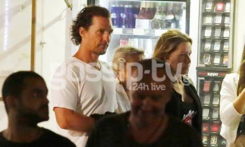 Ο Matthew McConaughey στα σοκάκια της Μυκόνου με την οικογένειά του και την Μαριάννα Λάτση