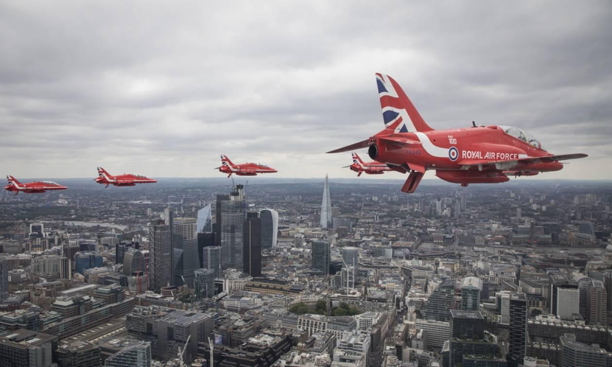 «Με τα μάτια ψηλά»: Δείτε εντυπωσιακές φωτογραφίες από τον εορτασμό των 100 χρόνων της RAF