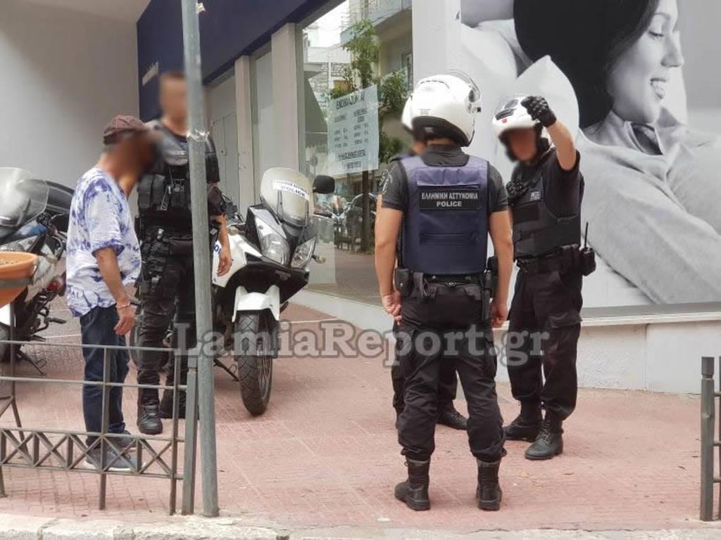 Λαμία: Μπήκαν στο καφενείο και του άρπαξαν από το λαιμό την αλυσίδα με το σταυρό (pics)