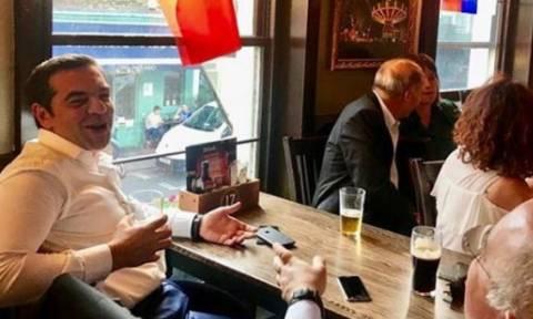 Ο Τσίπρας βλέπει χαλαρός Μουντιάλ σε παμπ του Λονδίνου (pic)