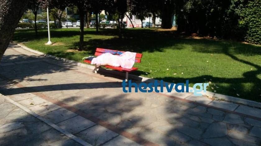 «Πάγωσε» το αίμα περαστικών στη Θεσσαλονίκη: Τον βρήκαν νεκρό σε παγκάκι μέρα μεσημέρι (pics)