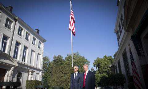 Ο Τραμπ βοηθά τις φτωχές χώρες του ΝΑΤΟ να αγοράσουν αμερικανικά όπλα - Πώς χαρακτήρισε τον Πούτιν