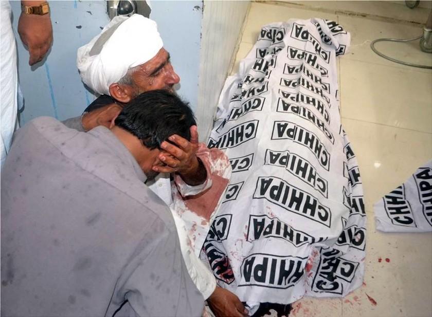 Εικόνες ΣΟΚ στο Πακιστάν: Βομβιστής - καμικάζι σκόρπισε το θάνατο σε προεκλογική συγκέντρωση