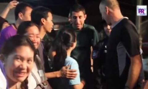 Σπήλαιο Ταϊλάνδη: Η συγκινητική συνάντηση των γονιών με τους δύτες που έσωσαν τους «Αγριόχοιρους»