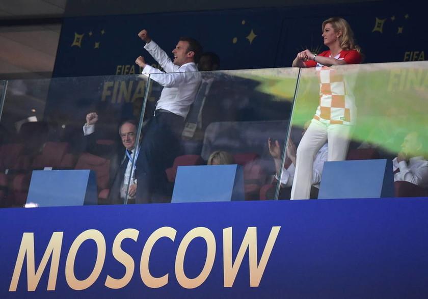 Οι έξαλλοι πανηγυρισμοί του Μακρόν και το... φιλί στην πρόεδρο της Κροατίας! (pics+vid)