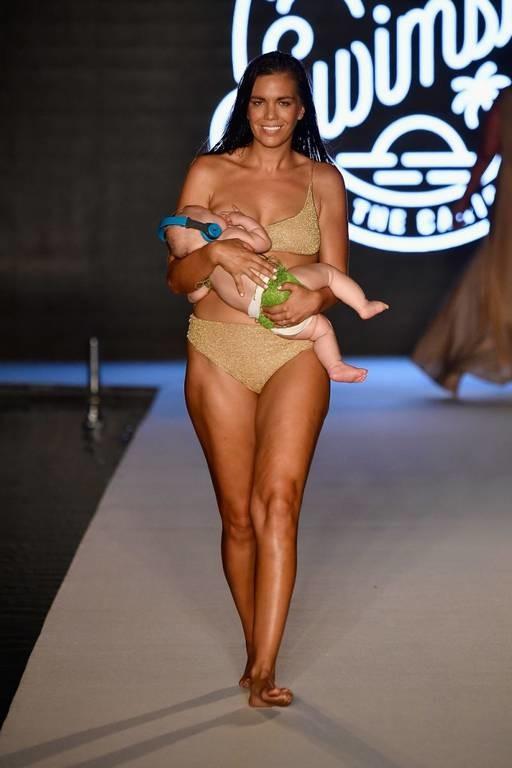 Μοντέλο κάνει πασαρέλα... θηλάζοντας το μωρό της