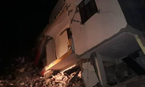 Ινδία: Εξαώροφη πολυκατοικία κατέρρευσε κοντά στο Νέο Δελχί (vids)