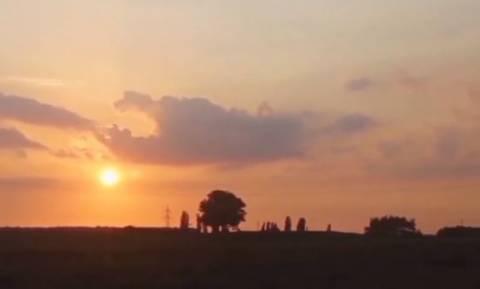 Κατέγραφε με την κάμερά του το ηλιοβασίλεμα. Ξαφνικά είδε στον ουρανό... (video)