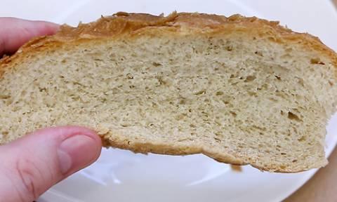 Βάζει ξερό ψωμί κι ένα ποτήρι νερό στο φούρνο μικροκυμάτων. Θα το δοκιμάσετε κι εσείς (video)
