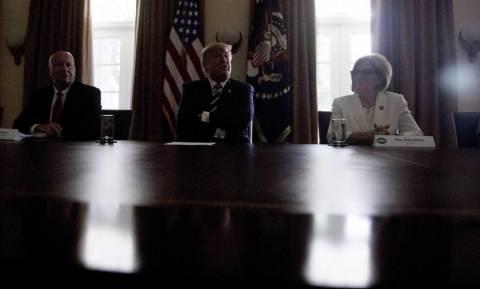 Λευκός Οίκος: Έσβησαν τα φώτα την ώρα που μιλούσε ο Τραμπ - Πώς αντέδρασε (vid)